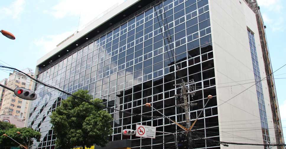 Ação do vento em fachadas e esquadrias de alumínio com folhas Maxim-AR