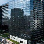 prédio com fachada em vidro laminado